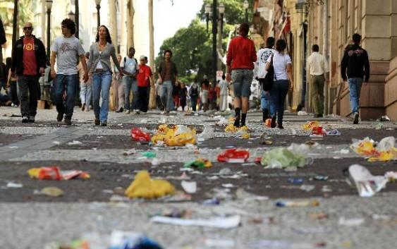 Multa para quem jogar lixo na rua em todo o território nacional é aprovada em comissão do Senado